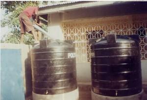 Tanzanie les bidons recuperateurs d'eau de pluie