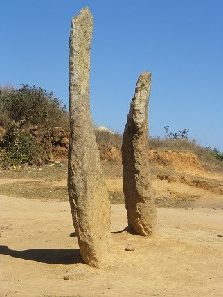 Les deux pierres dressées marquant le passage du roi