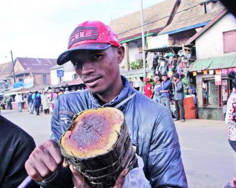 Le koba est entouré de feuilles de bananier et servis encore tiède aux voyageurs
